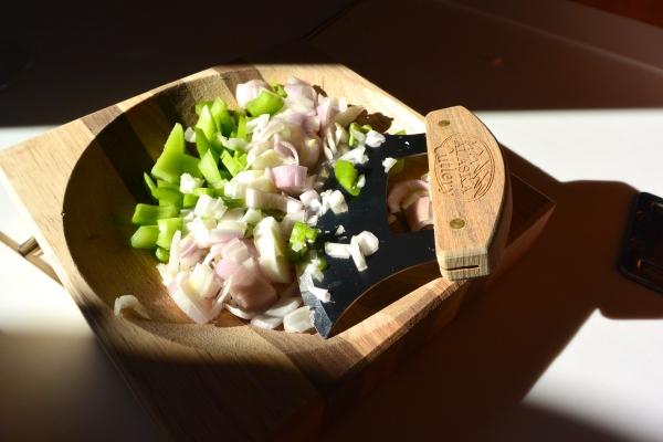 chop veggies in ulu