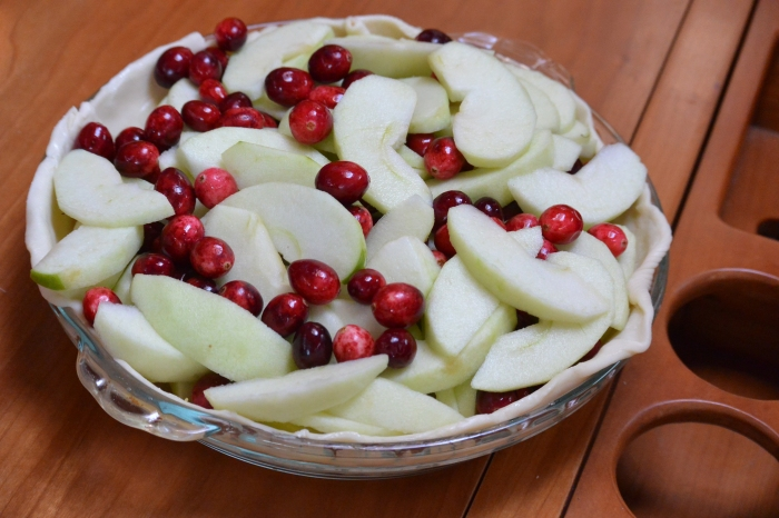 layer-apples-and-cranberries-in-pan